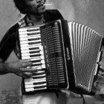 Jimy Hendrix con la fisarmonica? Falso! (Foto Twitter)