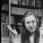 La bandiera dietro alla giovanissima Hillary Clinton? E' stata aggiunta. (Foto Twitter)
