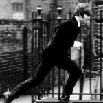 Lo skateboard sotto John Lennon è stato aggiunto. (Foto Twitter)