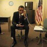 Barack Obama parla col telefono al contrario: è un fotomontaggio. (Foto Twitter)