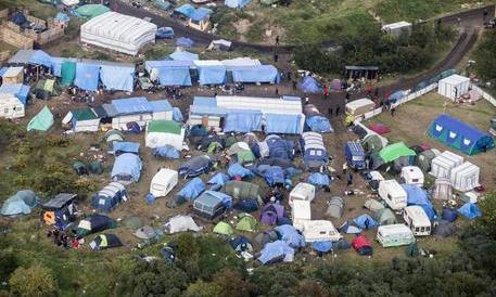 Situazione di nuovo esplosiva a Calais: scontro tra clandestini e polizia