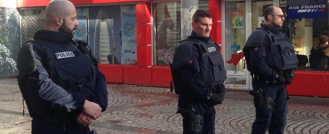 """Parigi, """"finto"""" kamikaze ucciso dagli agenti davanti al commissariato"""
