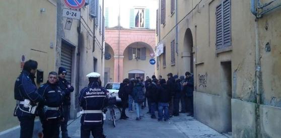 Modena, antagonisti feriscono un'agente: fermati due autonomi