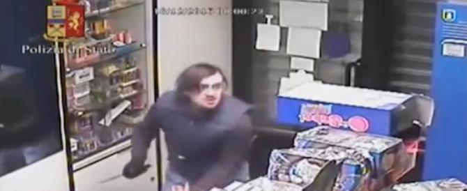Video shock: due profughi rapinano e accoltellano tabaccaio a Torino