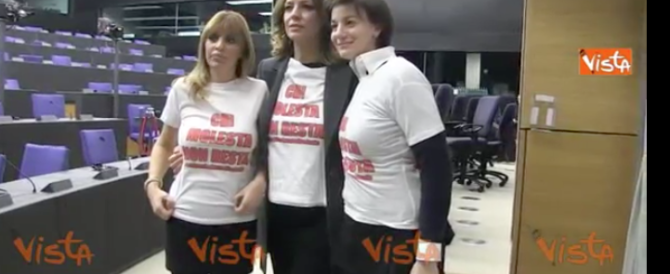 """""""Chi molesta non resta"""". T-shirt di protesta dopo i fatti di Colonia (video)"""