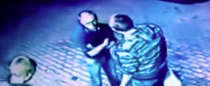 Cercano di rapinare un anziano, ma non sanno che è un ex pugile (VIDEO)