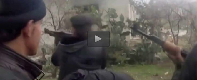 Filmato choc: la morte di un jihadista fulminato da un cecchino (VIDEO)