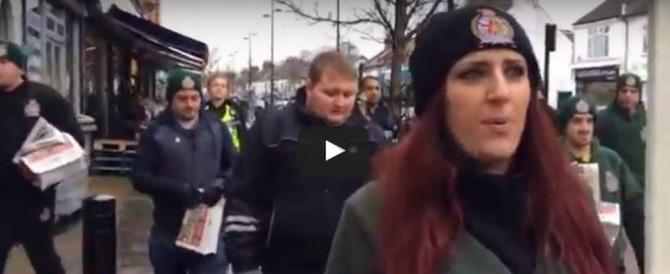 Con i simboli cristiani in un quartiere islamista inglese: aggrediti (VIDEO)