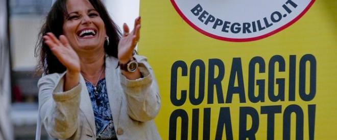 Il sindaco di Quarto non si dimette. Applausi di Renzi, imbarazzo M5S