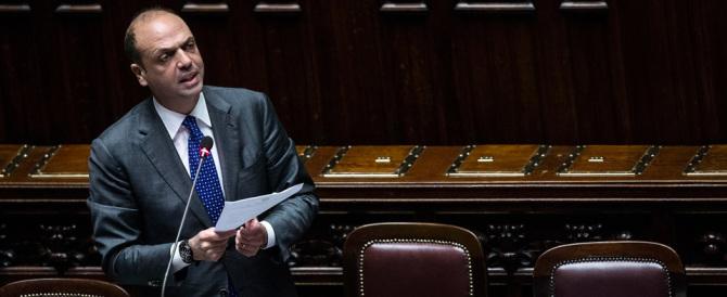 """Un coro contro Alfano: """"Macché referendum, esci dal governo"""""""