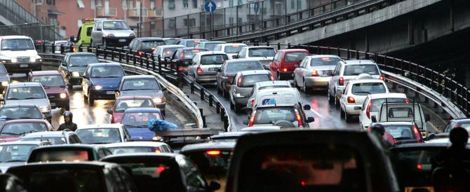 Automobilista fuori di testa: un suv terrorizza auto con a bordo padre e figlia
