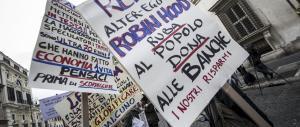 """Banche, sit-in contro le truffe firmate """"sinistra"""". Lite tra Gasparri e una grillina"""