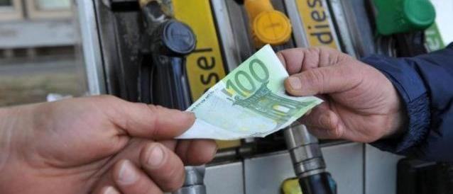 Migranti, Berlino vuole l'eurotassa sulla benzina per coprire i costi