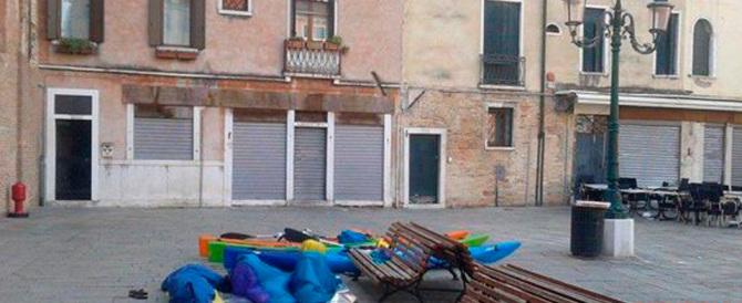 """""""Niente bivacchi, abusivi e sacchi a pelo"""": il sindaco di Venezia fa sul serio"""
