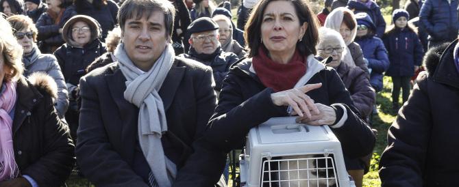 I grandi impegni politici della Boldrini: a messa per farsi benedire col gatto