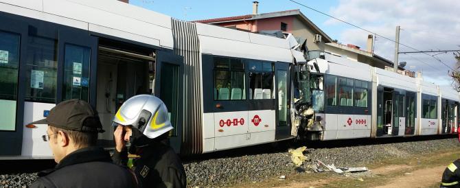 Cagliari, scontro frontale tra due treni della metro: erano sullo stesso binario