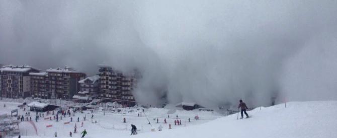 Valanga a Cervinia, un enorme soffio di neve avvolge il paese (video)