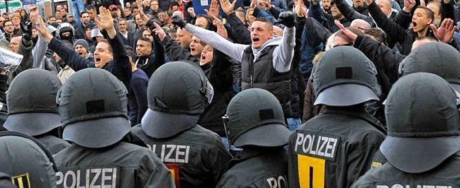 Colonia, la reazione degli hooligan: è caccia all'uomo. Aggrediti 7 stranieri