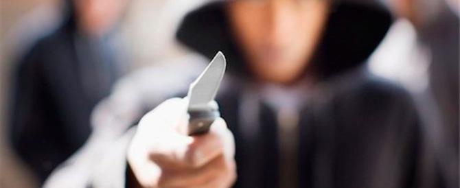 Milano, adolescente accoltellato da due ladri che aveva trovato in casa