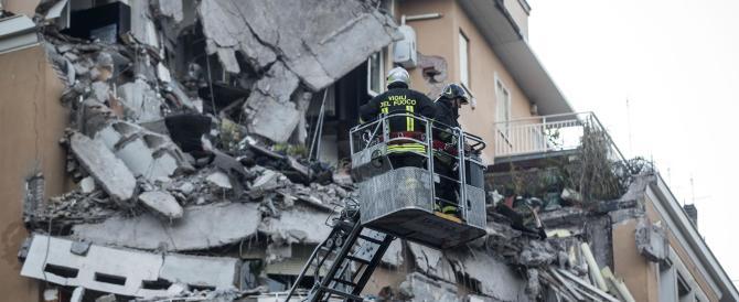 Crolla una palazzina, non ci sono vittime. In tilt il traffico a Roma Nord