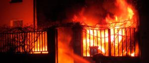 La madre lo rimprovera, lui dà fuoco alla casa: arrestato un giovane romeno