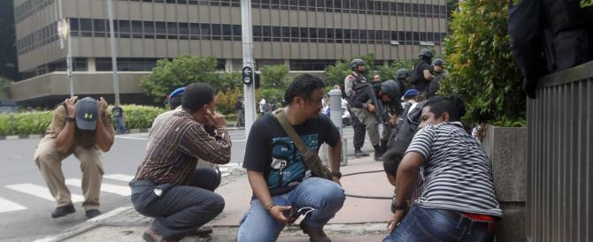 Attacchi kamikaze a Giakarta: sette morti. Arrestati quattro terroristi