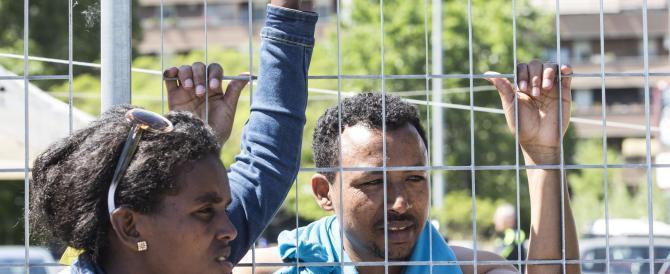 A immigrati e rifugiati le case con le porte d'ingresso rosse: «È apartheid»