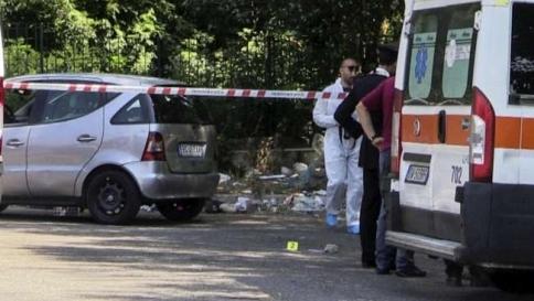 Tragedie in famiglia: un padre uccide il figlio, uno zio ferisce il nipotino
