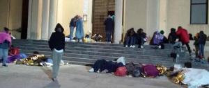 Migranti in rivolta a Lampedusa: «Non vogliamo darvi le impronte digitali»