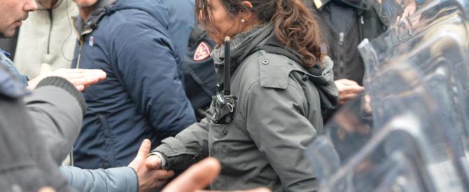 Ilva, il bel gesto della poliziotta che stringe la mano a un manifestante