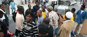 Protesta di migranti a Briatico: pietre contro i carabinieri e un hotel distrutto