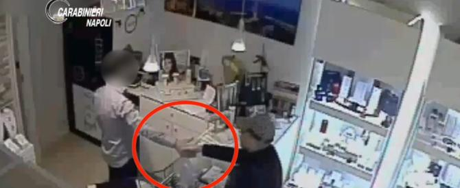 Rapina a lieto fine: dopo il furto ladro e gioielliere si stringono la mano