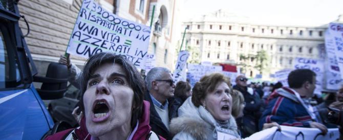 «Le banche come l'Isis»: i risparmiatori di nuovo in piazza. E Renzi si nasconde