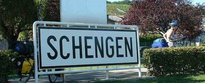 Idea anti-migranti della Ue: far pagare 5 euro a chi entra nell'area Schengen