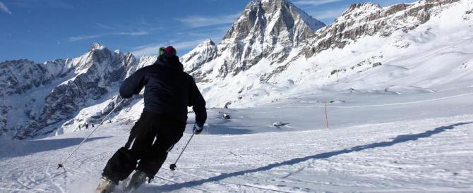 Ai profughi lezioni di sci gratis. È rivolta sul web: «È ora di finirla»