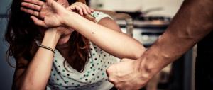 Immigrato aggredisce e minaccia la moglie con la mannaia: arrestato