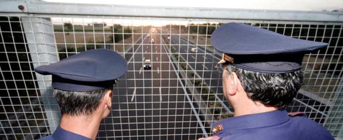 Verona, è caccia a 3 banditi: Bmw con armi ed esplosivo in fuga a 200 all'ora