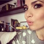 A casa, mentre mangia. (Foto Instagram)