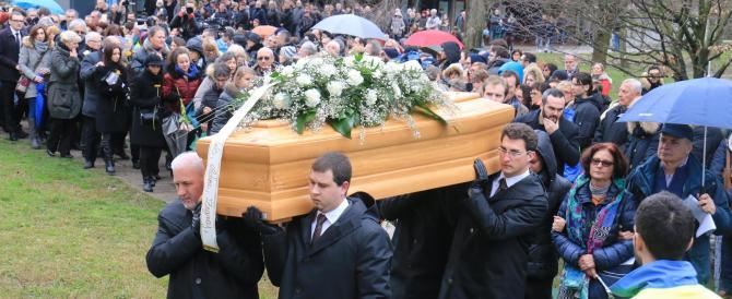 In migliaia ai funerali di Regeni. La mamma: «Il tuo, un pensiero d'amore»