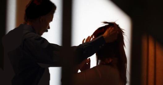 Sfigura la moglie mettendole la faccia sul fornello: denunciato immigrato