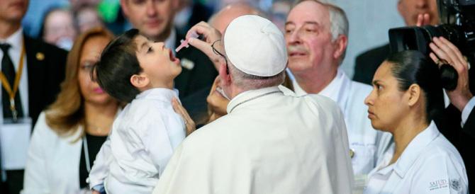 """Il Papa in campo: """"La famiglia è sotto attacco, basta colonizzazioni ideologiche"""""""