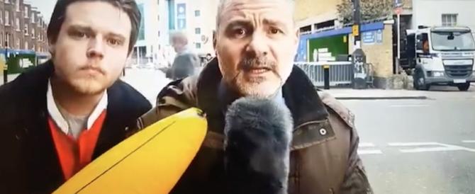 Disturba il giornalista con una banana gonfiabile, lui reagisce così (Video)