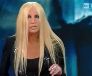 """""""I Pooh? Ma fate i seri…"""". La finta Donatella Versace fa impazzire Sanremo"""
