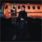 Adriana mentre sale su un aereo privato.  (Foto Instagram)