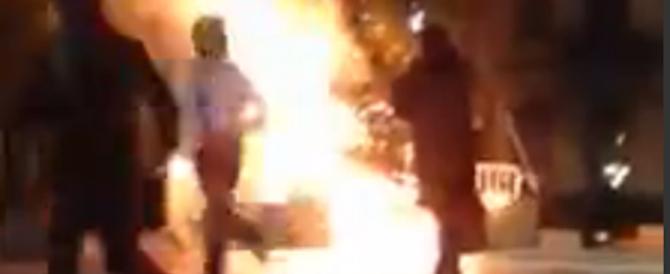 Incendiano l'albero di Natale gridando «Allah Akbar» (VIDEO)