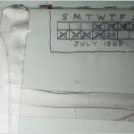 Segnavano i giorni sulla parete, per non perdere il ciclo delle giornate e i conti. Ecco una delle tacche fatte sulla parete dell'Apollo 11. (Foto Instagram)