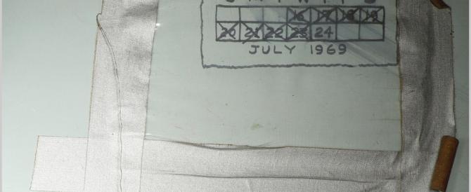 """Apollo 11, Armstrong e le """"tacche"""" come in cella: ecco le scritte (le foto)"""