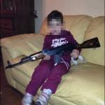 Anche al nipote era toccata la stessa sorte in foto: eccolo con un pericolosissimo fucile in mano. (Foto Facebook)