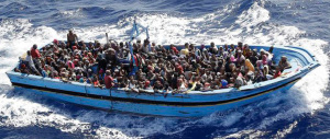 Si rovescia un barcone con 400 migranti: si teme una nuova strage