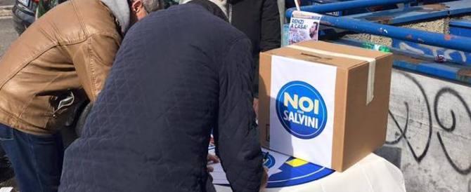 Teppa rossa scatenata contro Noi con Salvini: assaltati banchetto e agenti